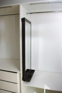 Wysuwane lustro w szafie wnękowej