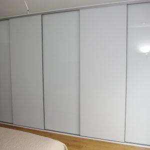 Szafa wnekowa w sypialni z drzwiami bezramkowymi