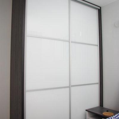 szafa na wymiar z drzwiami ze szkłem lacobel ral 9003