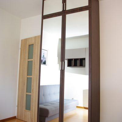 Szafa na wymiar z lustrem na drzwiach