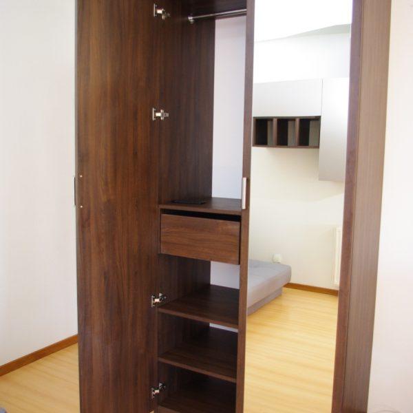szafa na wymiar wolnostojąca z klejonym lustrem do drzwi