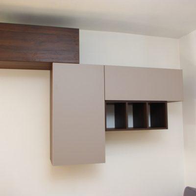 półki na wymiar w salonie