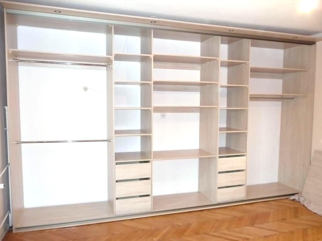 Wnętrze szafy z drzwiami suwanymi w sypialni, 6 szuflad na bieliznę drazki na ubrania wiszące, miejsce na TV oraz podświetlenie na górze szafy