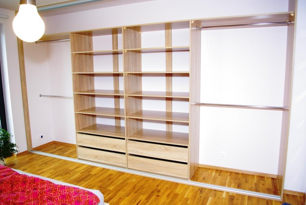 Szafa wnękowa w sypialni, 4 szuflady, półki i drążki an ubrania wiszące, typowo wnekowa zabudowa, prostota formy