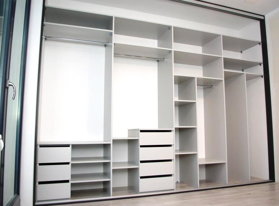 Wnetrze szafy w sypialni, 7 szuflad, półki i drązki na ubrania wiszące, do tego częśc gospodarcza i spory pwalcz służący na magazyn