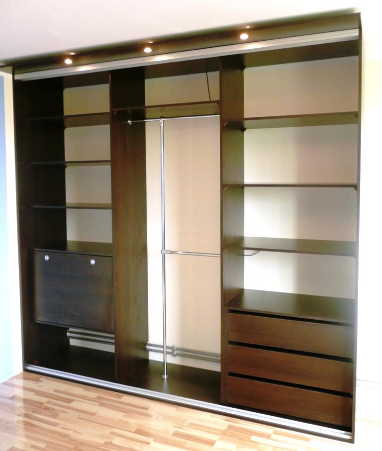 Szafa z drzwiami suwanymi  z obniżanym sufitem, 3 duże szuflady, cześc na ubrania wiszące, zamykany barek