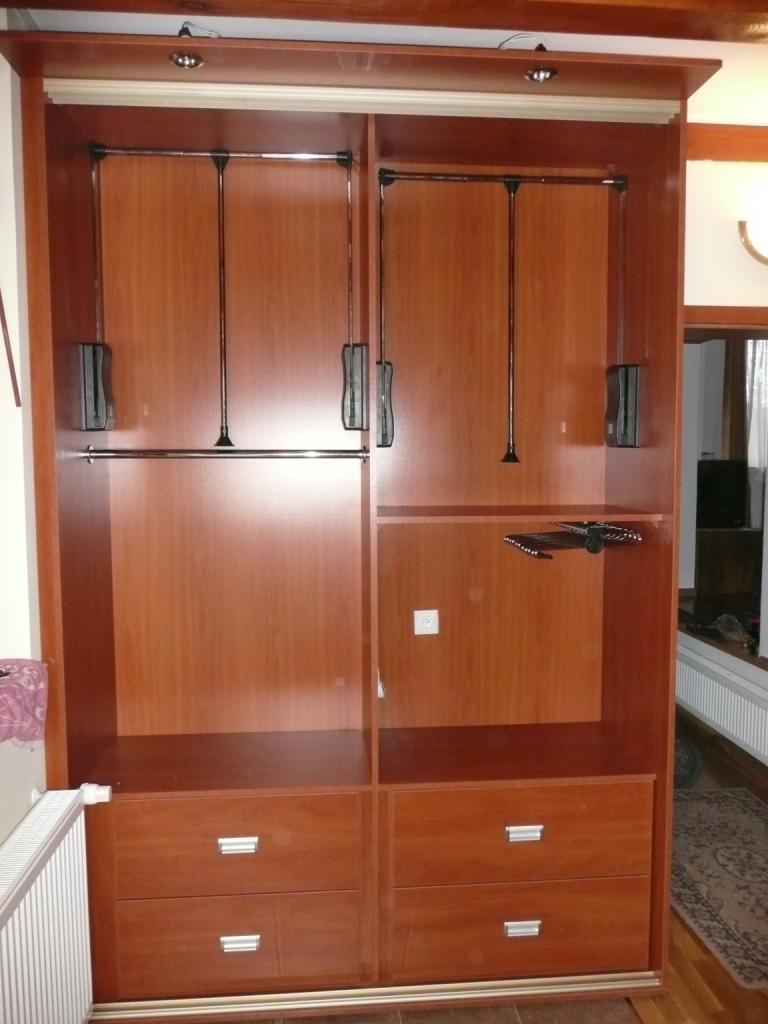 Wnętrze szafy z pantografem, Szafa w pełnej zabudowie z przybitymi plecami z hf, w szafie wieszak na spodnie oraz 4 duże szuflady